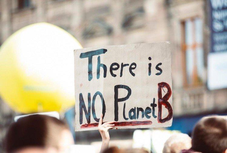 सड़कों पर उतरे करीब डेढ़ लाख जलवायु कार्यकर्ता, पर्यावरण कानून का किया विरोध