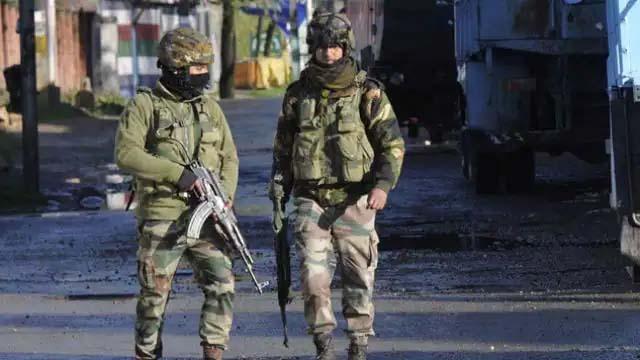 आतंकियों और सुरक्षाबलों में मुठभेड़, लश्कर के तीन आतंकवादी फंसे