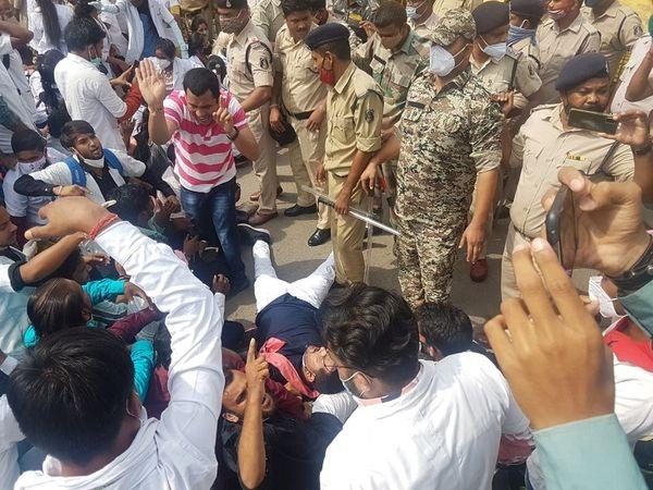 नर्सिंग छात्र उतरे सड़क पर, पुलिस के साथ हुई जमकर धक्का : मुक्की