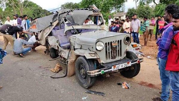कर्नाटक में ट्रक-जीप की भयंकर टक्कर, 8 लोगों की जान गई, 2 बच्चों समेत 14 लोग थे जीप में सवार